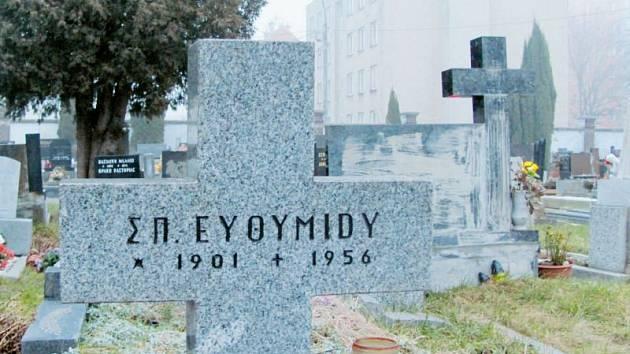Starší řecké hroby nemají majitele, nebo jsou spíš majitelé neznámí. Pozůstalí se většinou v rámci repatriací vrátili do své původní vlasti, do Řecka a ztratili na Krnovsku kontakty.