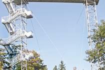 Rozhledna nad Městem Albrechticemi vznikla ze dvou vyřazených telekomunikačních věží, které firma Bögl a Krýsl propojila vyhlídkovou lávkou a doplnila schodištěm.