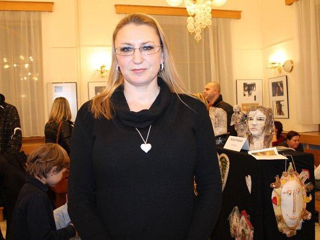 Sonja Frašová vystavuje v bruntálském městském divadle svá zdařilá keramická dílka, která osvědčují její nesmírnou trpělivost a zručnost.