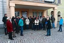 Účastníci akce právě stojí pod balkónem bývalé radnice města Bruntálu.