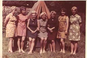 V zahradě se v sedmdesátých letech konaly tábory. Na snímku z roku 1971 jsou pracovnice, které se na táborech věnovaly dětem.