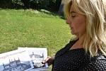 Zámek Dívčí Hrad se konečně otevírá veřejnosti. Nový majitel se pustil do oprav. Zastupitelka Zdenka Spurná se ujala role průvodkyně.