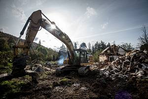 V Nových Heřminovech pokračuje demolice vykoupených domů, 26. října 2020. Jedná se o další etapu příprav na stavbu přehrady.