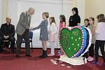 V Aule bruntálského Petrina děti předaly vyrobená srdce pro pro Petra Becka a Karličku Sokolovou.