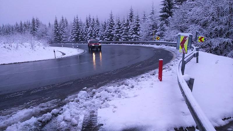 Zimní údržba silnice na Červenohorském sedle.