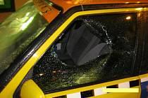 Zlost si vylil na automobilu bruntálské taxislužby zákazník, který měl půl hodiny po půlnoci dosti upito. Foto: