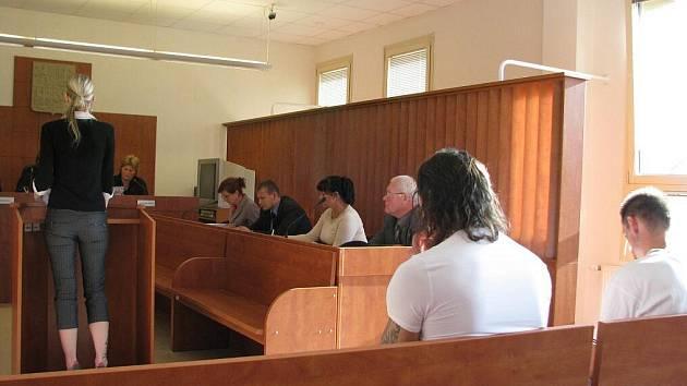 Darina Hanušová z Bruntálu (vlevo) vypovídá u soudu v drogové kauze, její výpověď si vyslechli spoluobvinění Erik Belej a Milan Skalka ze Zátoru.
