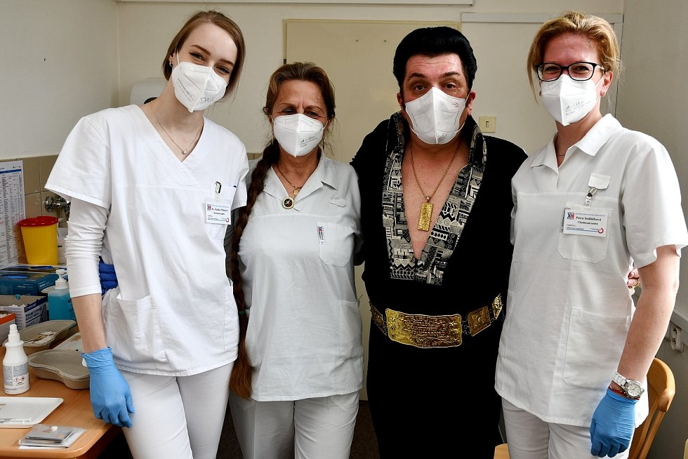 Do Krnovské nemocnice dorazil Elvis. Pavel Elvis Pavlevský se nechal naočkovat, aby se mohl co nejdřív vrátit na pódia a absolvovat elvisovské turné vUSA. Foto: Jiří Krušina