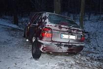 Dvě jednotky hasičů zasahovaly v úterý na silnici mezi Horním Benešovem a Leskovcem u nehody osobního automobilu Škoda Felicia, která skončila ve vzrostlém stromě.