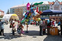 Tradičním jarmarkem na Hlavním náměstí vyvrcholili v Krnově týdenní oslavy Dne Země. Jarmark byl zahájen od 10 hodin.