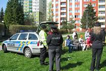 Pracovníci Církevní ZŠ a MŠ v Krnově se rozhodli zpestřit měsíc bezpečnosti ukázkou policejní činnosti policistů. Duben využili pracovníci základní a mateřské školy k tomu, aby dětem se speciálními vzdělávacími potřebami představili práci policistů.