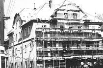 Oprava fasády Hotelu Modrá Hvězda v osmdesátých letech minulého století. Tehdy v podniku ještě čepovali chutný kvasničák.