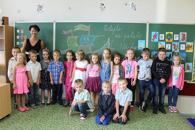 Prvňáčci ve třídě 1.AvZákladní škole Město Albrechtice, třídní učitelka Erika Kynická.