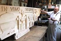 Vinné hrozny, listy i další jemné vinařské motivy zdobí reliéf, který řezbář Nedomlel vyrábí pro jednu vinárnu.