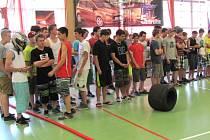 V zaplněné školní tělocvičně Střední školy automobilní, mechanizace a podnikání v Krnově se sešlo na sedmdesát závodníků. Všichni měli jediný cíl. Dojet se svým autíčkem co nejrychleji do cíle.
