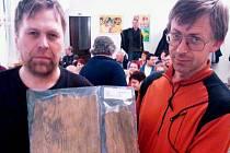 Antonín Zgažar z Klubu Za starý Bruntál spolu s historikem Igorem Hornišerem ukazují fragmenty z nalezišť po těžbě rud v Suché Rudné a okolí. Jde o kousky osm set let starého dřeva ze zlatorudného dolu.
