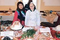 Veronika Lukášová (vpravo) získala druhé místo na mezinárodní soutěži cukrářů juniorů za svůj dort na téma Karneval.