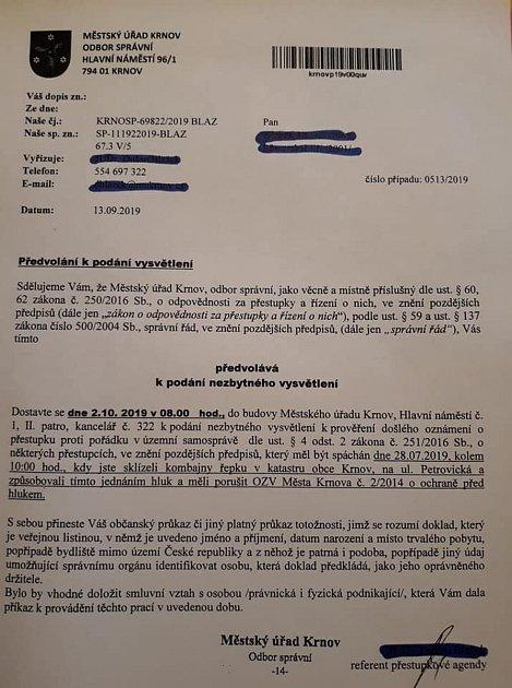 Bývalý ministr zemědělství Marian Jurečka zveřejnil případ krnovského zemědělce, který vneděli sklízel kombajnem řepku a porušil tím protihlukovou vyhlášku. Kombajnér byl předvolán 2.října kpodání vysvětlení.