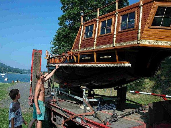 Přehrada Slezská Harta se může pyšnit výletní a vyhlídkovou lodí. Santa Maria je vybavena vlečným člunem pro jízdní kola. Snahou jejího spuštění do přehrady je podpora turistického ruchu.