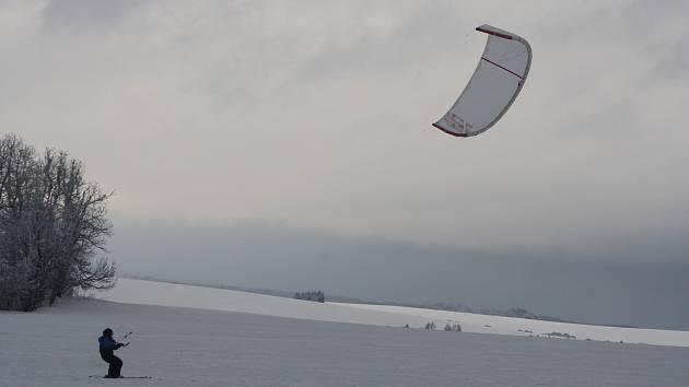 Snowkiting je tady pro ty lyžaře, které už omrzely běžky i fronty na vlek.