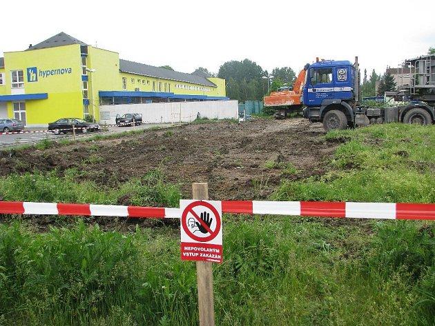Mezi Lidlem a Hypernovou se začíná stavět  další obchodní centrum.