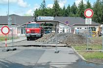 Omezení dopravy. Vjezd do nemocnice Krnov je krátkodobě veden objížďkou vpravo kolem uzávěrky. Také možnost zaparkovat vozidlo na parkovišti před nemocnicí je nyní omezena.