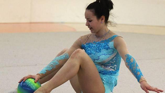 Moderní gymnastka z Bruntálu Veronika Kašpaříková vybojovala na mistrovství České republiky starších kadetek stříbro.