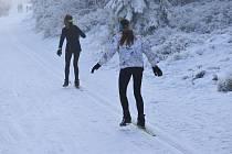 Už jste potkali běžkaře s jednou lyží? Říká se tomu koloběžka, když se jedna noha veze, a druhá se odráží.