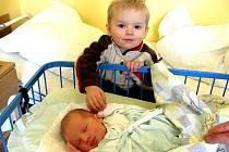 MARTIN STANÍČEK se narodil 8.února 2012 při narození vážil 3610 gramů a měřil 51 centimetrů, maminkou se stala Miroslava Staníčková a tatínkem se stal Martin Staníček, na fotce je s malý Martínek s bratříčkem Davídkem, Brumovice