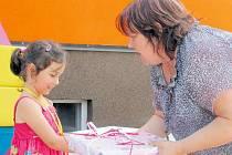 Starostka Dívčího Hradu Božena Mruzíková přišla do školky pogratulovat Zoe, která po prázdninách nastoupí do první třídy.
