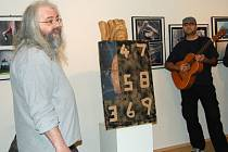 Výstavu výtvarné skupiny Octopus k jejímu dvacetiletému výročí uvedlo v únoru při vernisáži potulné divadlo. Vlevo Sten Vlč z potulného divadla Sämanni z Uničova.