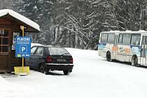 Spor vyvolalo v Karlově pod Pradědem obecní parkoviště, které si pronajal a zpoplatnil Zdeněk Mitáš. Řidičům, kteří lyžují celý den v jeho areálech, provozovatel parkovné vrací.