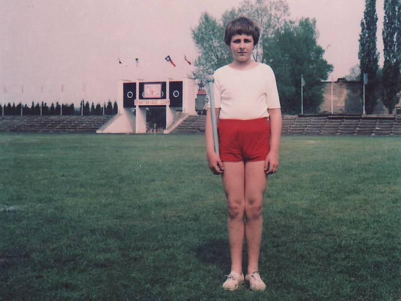 Spartakiáda 1980: skladba pro starší žáky pro chlapce ve věku od 12 do 14 let v červených trenýrkách a bílém tričku s modrou dřevěnou tyčkou. Na okresní spartakiády nacvičovalo 89 431 žáků, na Strahově jich vystoupilo 9216.
