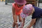 Na setkání s Recyklojízdou v Rýmařově  přišli žáci z MŠ 1. máje, MŠ Revoluční a ZŠ Jelínkova. Děti si pak s Recyklojízdou na koloběžkách daly okružní jízdu po náměstí.