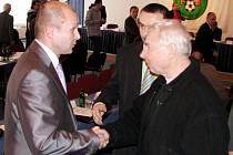 Martin Bednář (vlevo) přijímá gratulace po zvolení.