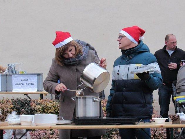 Starostka Vrbna pod Pradědem Květa Kubíčková s polským kolegou rozdávali bigos.