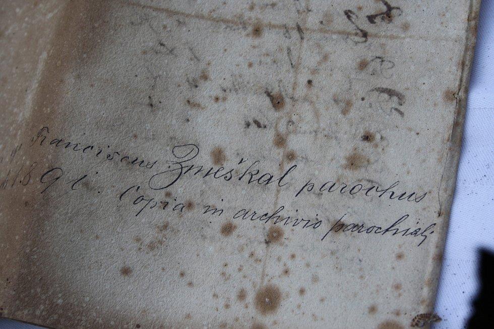 Otevírání schránky z věže kostela v Holčovicích bylo slavnostní. Mince, noviny a písemné dokumenty bylo možné očekávat, ale jazyk Jana Nepomuckého všechny překvapil.