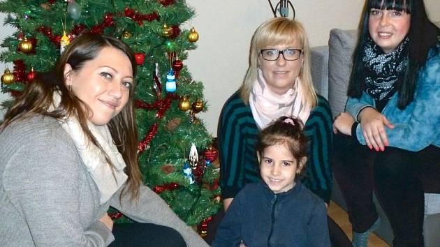 Petra Ďurišíková, Lenka Kvasničková a Markéta Sztuková (zleva) se sedmiletou Beátkou.
