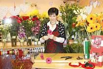 Jana Navrátilová se právě věnuje jednomu z mnoha zákazníků, kterému chystá kytici. Lidi má ráda. Také kvůli nim má ráda svou práci.