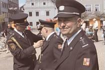 Michal Krejčiřík na bruntálském náměstí Míru krátce poté, co jej osobně ocenil medailí za věrnost ředitel krajských hasičů Zdeněk Nytra.