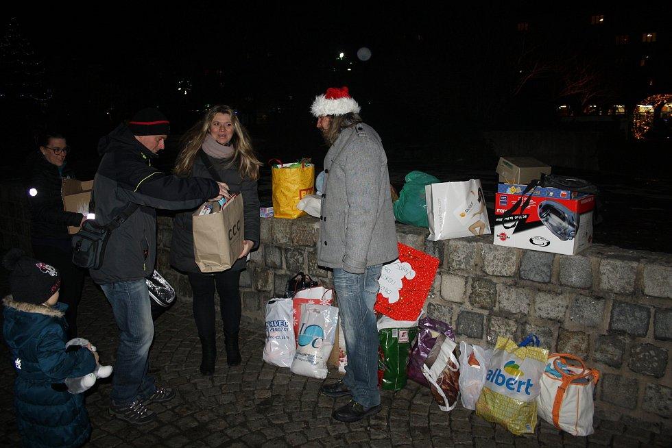 Ludvík Gregárek s Martinou Kocourkovou už sedm let organizují vánoční sbírku hraček pro děti v krnovské nemocnici. Ani letos nechyběli na krnovském náměstí.