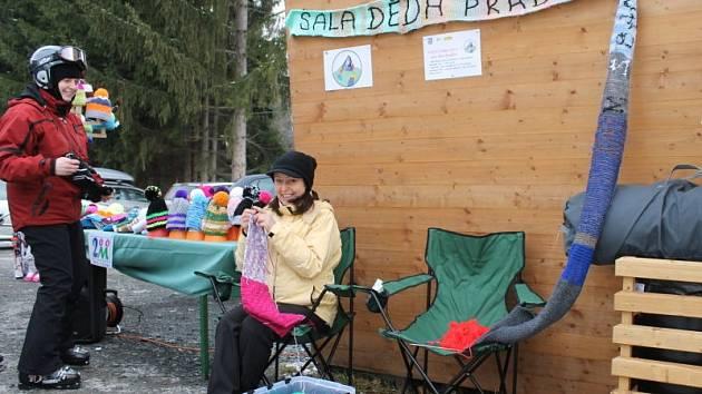 Lyžaři v Jeseníkách si mohli o víkendu nejen zalyžovat, ale také si zaplést – tedy přidat se k akci pletení šály pro děda Praděda.