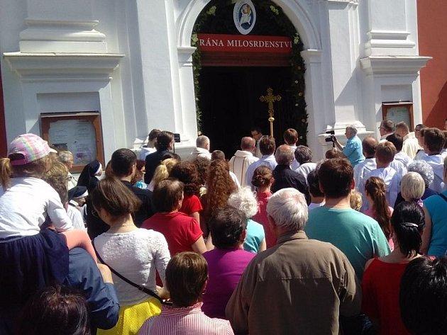 Brána milosrdenství se otevřela v poutním kostele na Cvilíně 22. května. Slavnost přilákala poutníky z celé republiky i ze zahraničí.