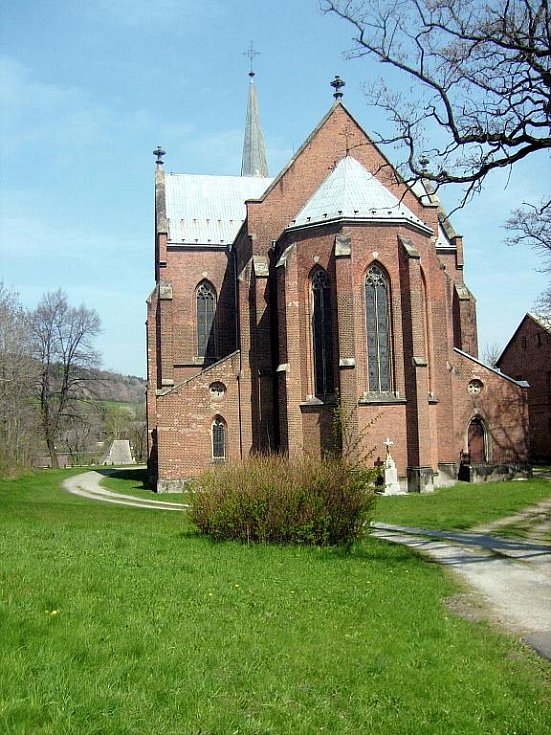 Kostel v Liptani zaujme díky architektuře i stěnám z rudých pálených cihel.