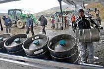 Nová skoro 2,5 kilometru dlouhá lanovka v Jeseníkách je v Koutech nad Desnou. Minulý týden prošla zatěžkávací zkouškou. Místo cestujících se vozily sudy s pivem.