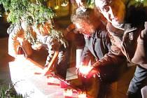 Svíčky ve středu 17. listopadu hořely nejen na Národní třídě v Praze, ale také v Krnově ve Smetanových sadech u památníku před gymnáziem.