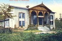 Budova kina, jak ji znali naši předchůdci z roku 1913. Budovu tehdejšího divadla zdobil dnes již neexistující dřevěný, bohatě vyřezávaný štít.