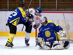 Krnovští hokejisté na ledě jednoho z kandidátů na postup prohráli také kvůli problémům se sestavou. Na snímku obránce Vysloužil (vlevo) čistí prostor před gólmanem Šlupinou.