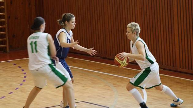 Krnovské basketbalistky favorita z Pardubic hodně potrápily. Na snímku se snaží zakončit Michaela Matochová (vpravo), cestu jí dělá spoluhráčka Markéta Novotná (vlevo, č. 11).