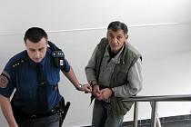 RECIDIVISTA ONDŘEJ LACKO je dvanáctkrát trestaný, k bruntálskému soudu ho jako obzvláště nebezpečného zločince přivedla eskorta.